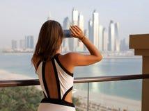 Seksowna podróży kobieta fotografuje w swimsuit bierze fotografię używać s obraz stock