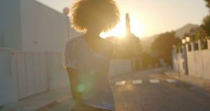 Seksowna Rolkowej łyżwy dziewczyny jazda przy zmierzchem zbiory wideo