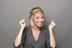 Seksowna 20s blondynki kobieta ono uśmiecha się dla sukcesu Zdjęcie Stock