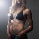 Seksowna sportowa dziewczyna mięśniowa sprawności fizycznej młoda kobieta Zdjęcie Stock