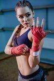 Seksowna sprawności fizycznej blondynki dziewczyna w sport odzieży Portret żeński bokser w sport odzieży z walczącą postawą przec Zdjęcia Royalty Free