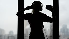 Seksowna, szczęśliwa kobieta słucha muzyka, i taniec zdjęcie wideo