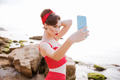 Seksowna szpilka w górę dziewczyny w swimsuit robi selfie z smartphone Zdjęcia Royalty Free