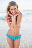 Seksowna uśmiechnięta blondynka jest ubranym Hawaii kolii pozować w bikini Obrazy Royalty Free