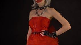 Seksowna uwodzicielska czarcia dziewczyna flirtuje, mrugnięcia, świętuje Halloween z strasznymi śmiesznymi baniami Demon kobieta  zbiory wideo