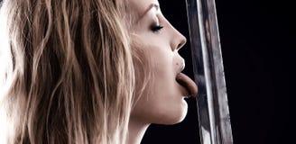 Seksowna wojownika Viking dziewczyna liże ostrze kordzik obrazy royalty free