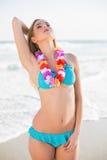 Seksowna wspaniała blondynka jest ubranym Hawaii kolii pozować w bikini Obraz Royalty Free