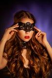Seksowna wzorcowa kobieta w venetian maskaradowej karnawał masce Zdjęcia Royalty Free