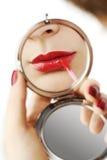 Seksowne czerwone wargi z ręki ręki lustrem Obrazy Stock