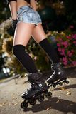 Seksowne kobiet nogi w rolkowych łyżwach Zdjęcia Stock
