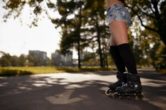 Seksowne kobiet nogi w rolkowych łyżwach Fotografia Stock