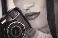 seksowne usta Piękna kobiety ` s twarz Zmysłowa dziewczyna i kamera Fotografia Stock