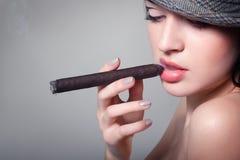 Seksownego dymienia piękny kobiety cygaro Obrazy Royalty Free