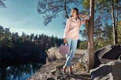 Seksownego pięknego kobiety odzieży menchii koloru wełny kaszmirowy żakiet Zdjęcia Royalty Free