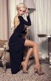 Seksownego splendoru blond kobieta w eleganckiej czerni sukni zdjęcia stock