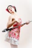 Seksownej dziewczyny brunetki pinup piękna śmieszna młoda kobieta obejmuje próżniowego cleaner Zdjęcie Stock
