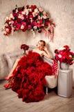 Seksownej eleganckiej blondynki piękna kobieta na kanapie Zdjęcie Stock