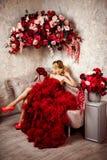 Seksownej eleganckiej blondynki piękna kobieta na kanapie Obrazy Royalty Free