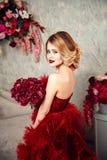 Seksownej eleganckiej blondynki piękna kobieta na kanapie Obraz Royalty Free