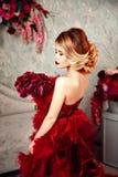 Seksownej eleganckiej blondynki piękna kobieta na kanapie Zdjęcia Royalty Free