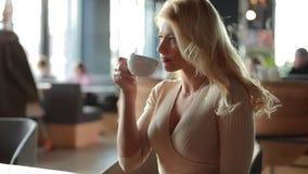Seksownej kobiety pije kawa zbiory