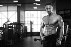 Seksownej męskiej sprawności fizycznej wzorcowy pokazuje sixpack brzuszny Zdjęcia Stock