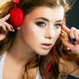 Seksownej młodej kobiety dancingowy słuchanie muzyka w hełmofonach Fotografia Royalty Free