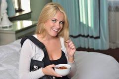 Seksownej młodej blondynki biznesowa kobieta w sypialni Fotografia Stock