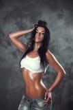 Seksownej mokrej brunetki kobiety cajgów drelichowy styl Fotografia Royalty Free