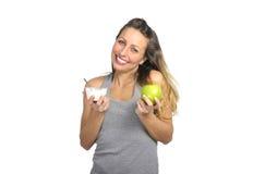 Seksownej pięknej kobiety mienia zieleni jabłczana owoc w zdrowym naturalnym odżywiania i sprawności fizycznej pojęciu Obraz Royalty Free