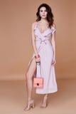 Seksownej piękno kobiety twarzy dębnika skóry odzieży menchii jedwabiu ładna suknia tęsk fotografia stock