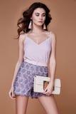 Seksownej piękno mody modela brunetki fryzury odzieży kędzierzawy bez sh Fotografia Stock