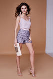 Seksownej piękno mody modela brunetki fryzury odzieży kędzierzawy bez sh Obraz Royalty Free