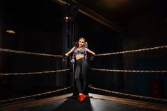Seksowni bokserscy dziewczyna stojaki opierali na arkanach rywalizacja pierścionek zdjęcia royalty free