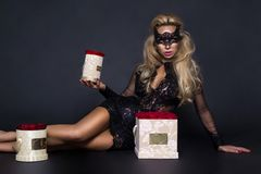 Seksowni piękni blondyny modelują w eleganckiej sukni trzyma prezent, kwiatu pudełko z różami prezenta valentine s fotografia royalty free