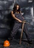 Seksowny żeński górnika pracownik z oskardem, w coveralls nad jego nagim ciałem erotyczny przemysłu pojęcie Obrazy Royalty Free