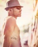 Seksowny żeglarz na zmierzchu zdjęcia stock