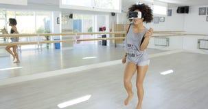 Seksowny amerykanin afrykańskiego pochodzenia kobiety taniec z VR szkłami fotografia stock