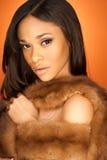 Seksowny amerykanin afrykańskiego pochodzenia mody model jest ubranym futerko Zdjęcia Royalty Free
