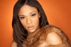 Seksowny amerykanin afrykańskiego pochodzenia mody model jest ubranym futerko Zdjęcie Stock
