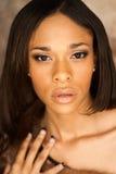 Seksowny amerykanin afrykańskiego pochodzenia mody model jest ubranym lisa futerko Obrazy Royalty Free