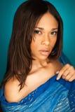 Seksowny amerykanin afrykańskiego pochodzenia mody model jest ubranym szalika Obraz Stock