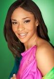 Seksowny amerykanin afrykańskiego pochodzenia mody model jest ubranym szalika Obraz Royalty Free