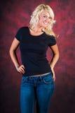 Seksowny blondynki dziewczyny mody model w niebieskich dżinsach obrazy royalty free