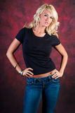 Seksowny blondynki dziewczyny mody model w niebieskich dżinsach Obraz Stock