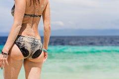 Seksowny ciało młoda europejska kobieta z turkusowym tropikalnym morzem na tle Zdjęcie Stock