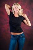 Seksowny dziewczyny blondynki mody model w niebieskich dżinsach zdjęcia stock