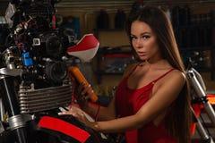 Seksowny dziewczyny naprawiania motocykl obrazy royalty free
