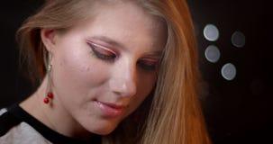 Seksowny imbiru model z jaskrawym i żywym makijażem flirtuje z kamerą jest uwodzicielski na bokeh tle zbiory wideo