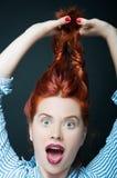 Seksowny kobieta model trzyma ona długo czerwony włosy Fotografia Stock